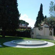 Esterni: fontana in pietra serena
