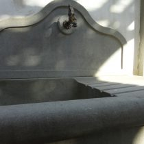 Esterni: lavello in pietra serena, particolare