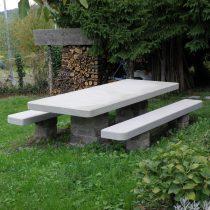 Esterni: tavolo e panche in pietra serena