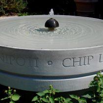 Esterni: fontanella in pietra serena