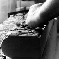 Abile maestro scalpellino lavora la pietra